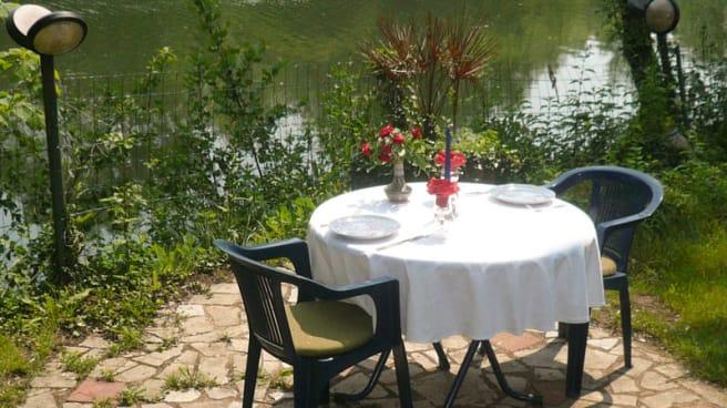 Table romantique  au bord du clain - Auberge de la Belle Aurore, Saint-Benoît