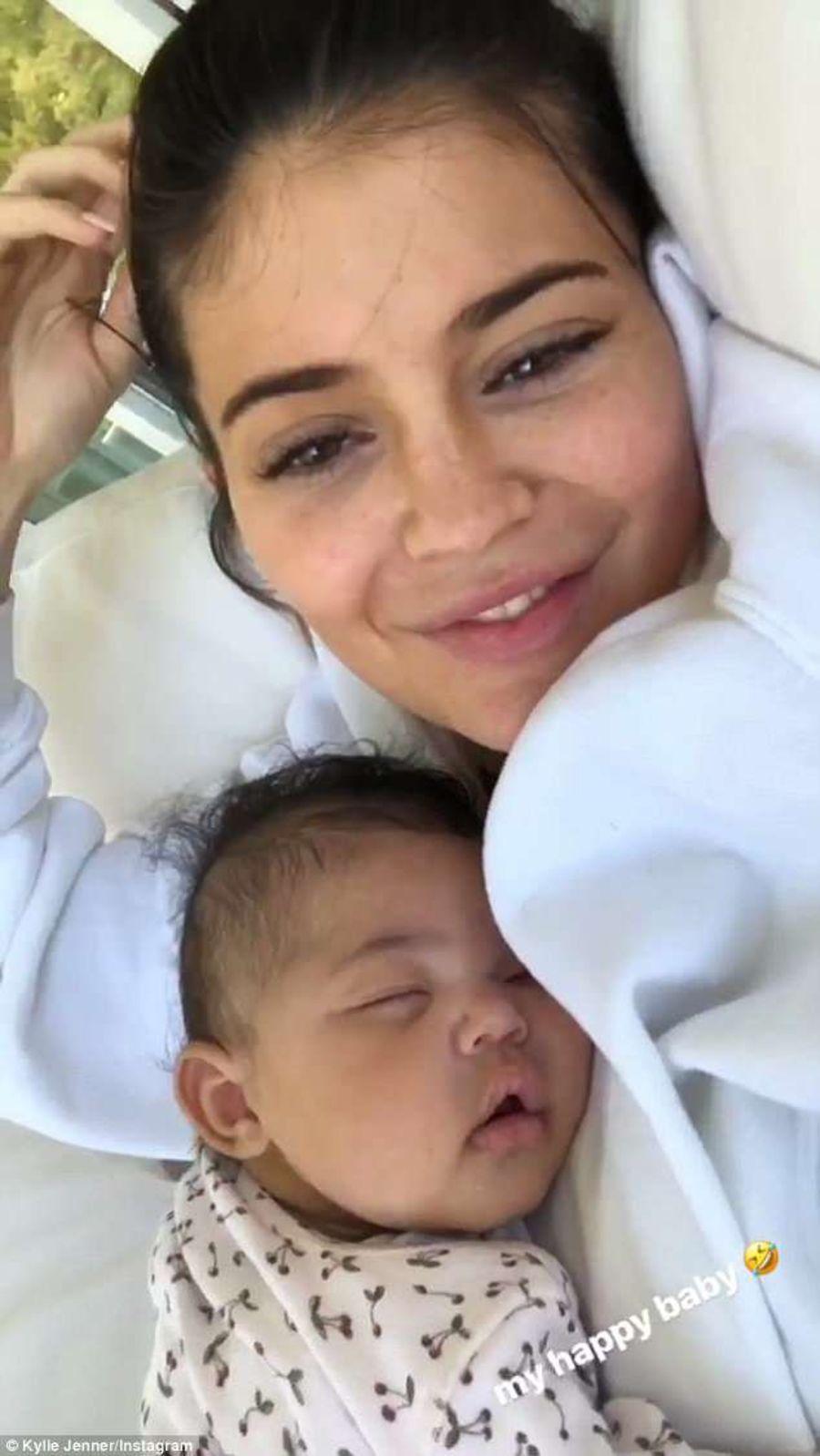 ... trên người mẹ thì cười tươi rói khi nghe tiếng mẹ vô cùng đáng yêu.  Đoạn clip cute này làm các fan chỉ muốn có ngay một bé để bồng như Kylie!