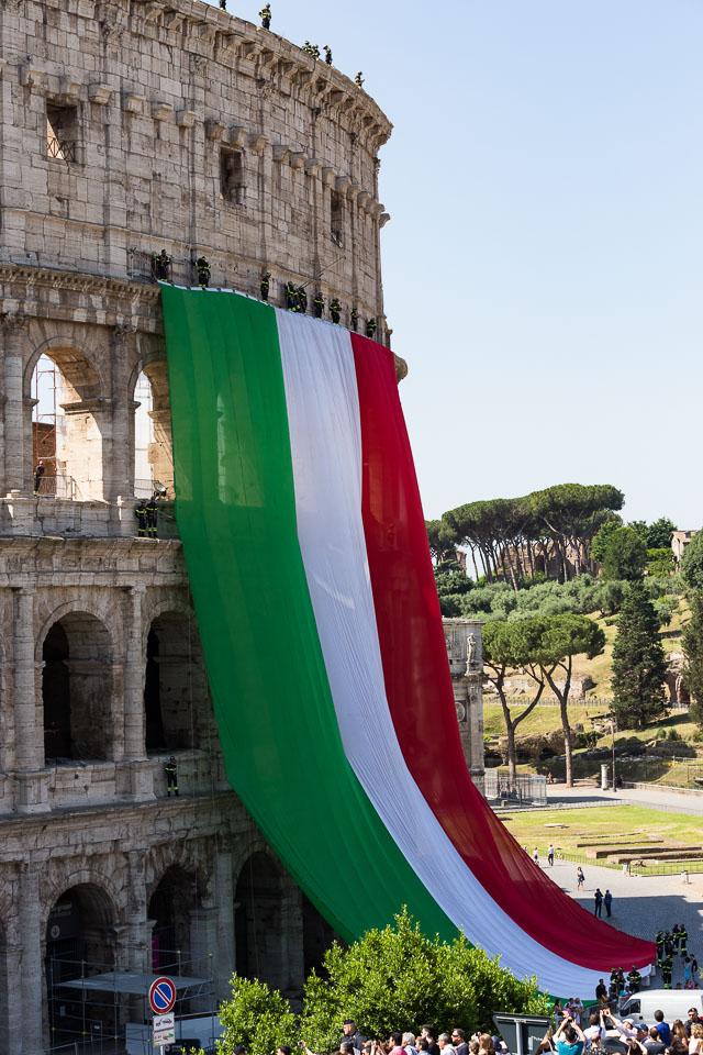 Tricolore sul Colosseo