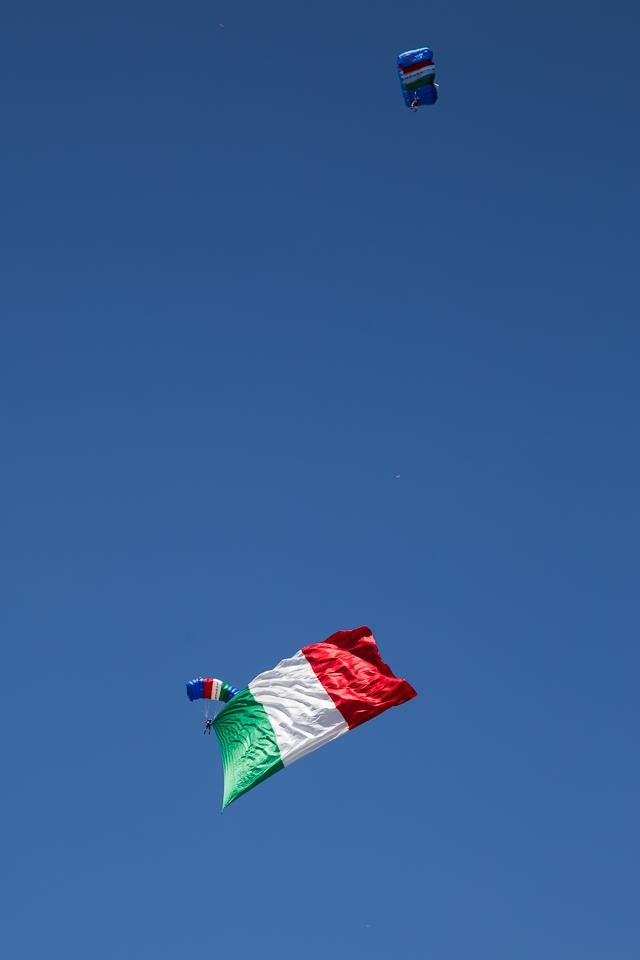 Paracadutista fa volare il tricolore