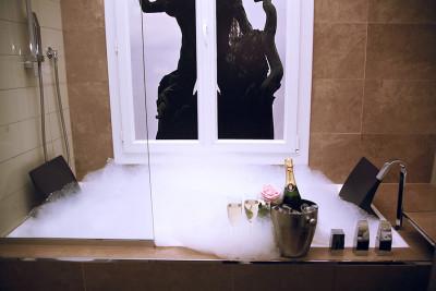 Romance in Paris – Rose petals, champagne & more … !