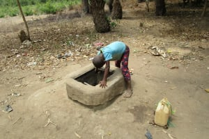 The Water Project: Mabendo Community, Mosque -  Fetching Water From Broken Well