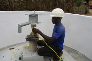 The Water Project: Mapitheri, Port Loko Road -  Installing Pump
