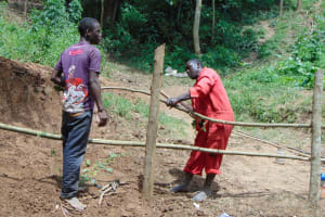 The Water Project: Shamiloli Community, Kwasasala Spring -  Artisan Leads Fencing