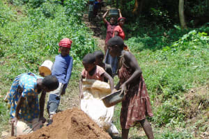 The Water Project: Shamiloli Community, Kwasasala Spring -  Women And Children Deliver Sand