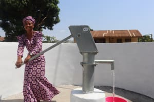 The Water Project: Lungi, Kingsway, 139 Kingsway Quarter -  Woman Pumps The New Well