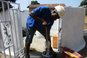 The Water Project: Lungi, Kingsway, 139 Kingsway Quarter -  Staff Testing Cylinder