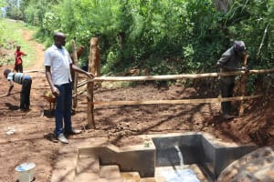 The Water Project: Harambee Community, Elijah Kwalanda Spring -  Field Officer Wilson Supervises Fencing