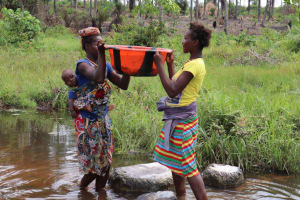 The Water Project: Kamasondo, Bross 1 -  Women Work Together To Lift Water Bucket