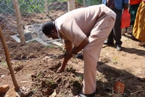 The Water Project: Shisasari Itumbu Community, Mathias Juma Spring -  Planting To Commemorate Waterpoint