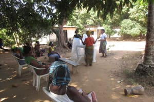 The Water Project: Lungi, Yongoroo, 32 Gbainty Bunlor -  Mosquito Bednet Demonstration