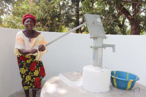 The Water Project: Lungi, Yongoroo, 32 Gbainty Bunlor -  Pumping The Well