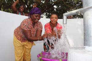 The Water Project: Lungi, Yongoroo, 32 Gbainty Bunlor -  Splashing Water From The Well