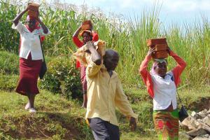 The Water Project: Shamoni Community, Shiundu Spring -  Everyone Helping