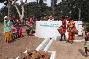 The Water Project: Lokomasama, Kalangba Junction, Next to Alimamy Musa Kamara's House -  Community Celebratiing Water
