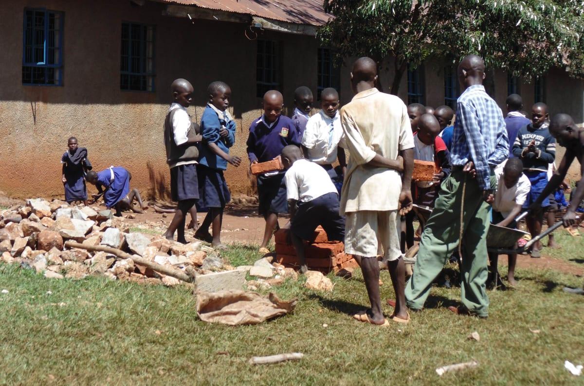 19 kenya4654 students shuttling bricks to the artisans