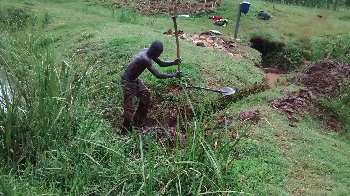 26 kenya4720 digging trenches