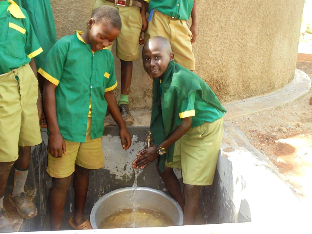 12 kenya4651 primary students visiting the tank