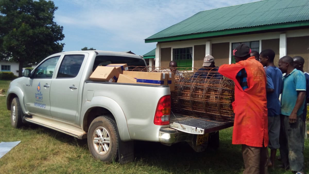 11 kenya4669 community members helping unload a truck