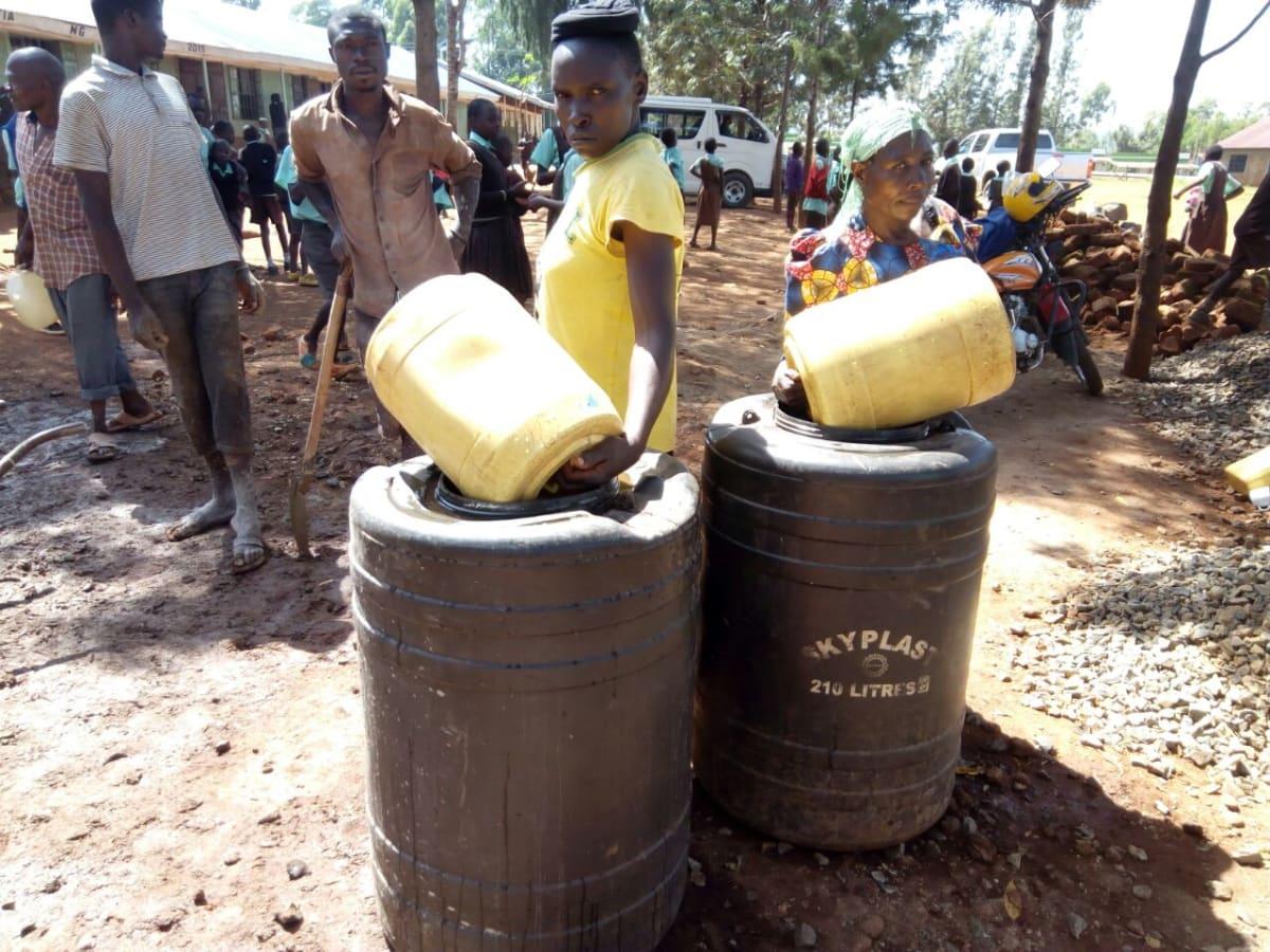 14 kenya4659 helpig fetch water for construction