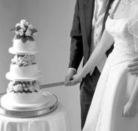 A couple getting married, the wedding cake