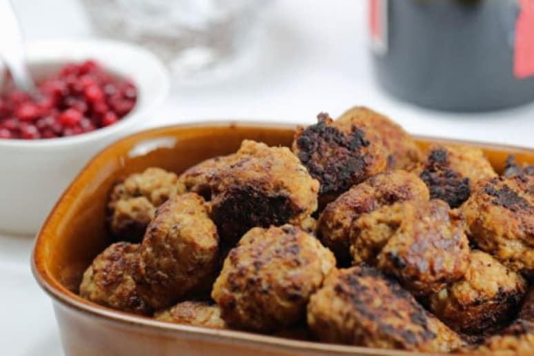 Swedish Meatballs With Cream Sauce (Köttbullar med Gräddsås)