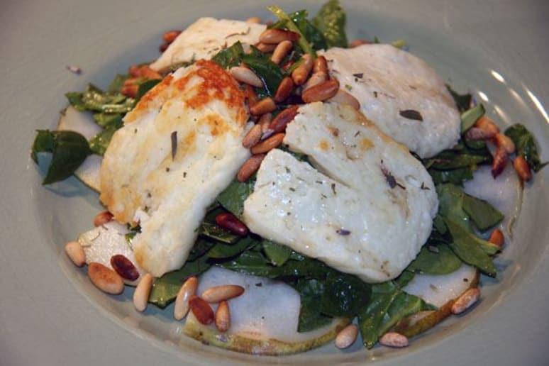 Spinach salad with halloumi