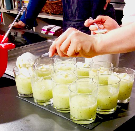 Gelato alla vaniglia affogato in un mix di melone giallo, menta e gin