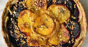Crostata salata integrale con barbabietola rossa e gialla e finocchio