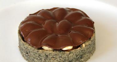 Mini-tarte al sesamo nero con composta di albicocche, mousse al cioccolato bianco, vaniglia e mandorla, cioccolato
