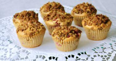 Muffin alle fragole, crumble croccante e crema al pistacchio