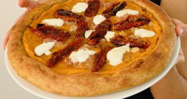 Pizza con impasto semi-integrale e condimenti perfetti per l'autunno