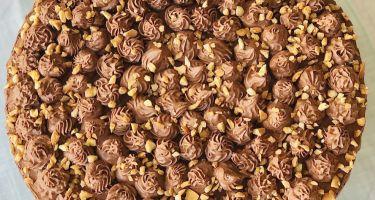 Torta con Pan di Spagna ai profumi di fichi d'india, crema pasticcera alla mandorla e mousse al cioccolato