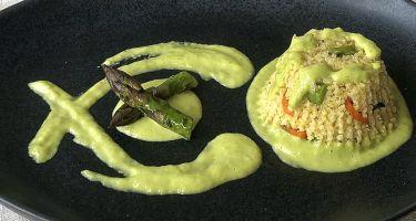 Tortino al miglio con verdure croccanti con crema di asparagi e pecorino