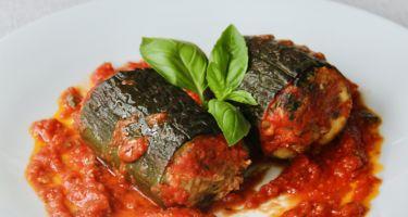 Zucchine al sugo ripiene di carne, formaggio ed erbe aromatiche