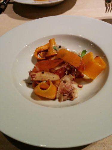 Restaurant Garden Bayerischer Hof Monaco di Baviera - crostini di pane, mousse di zucca, nocciole croccanti, hummus, caprino cremoso, zucchine, feta