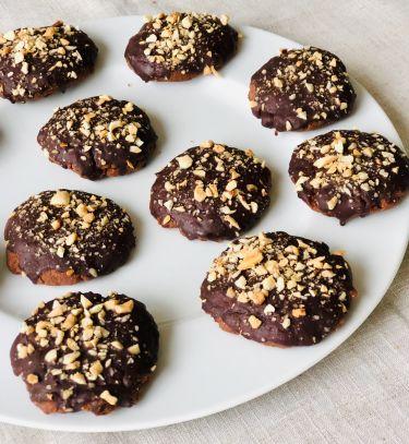 Biscotti al cacao, crema di mandorle, glassa al cioccolato e acqua - cover