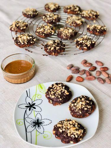 Biscotti al cacao, crema di mandorle, glassa al cioccolato e acqua