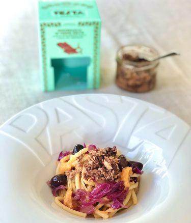 Bucatini con crema di zucca, cipolla rossa in agrodolce, olive e buzzonaglia di tonno di Testa Conserve