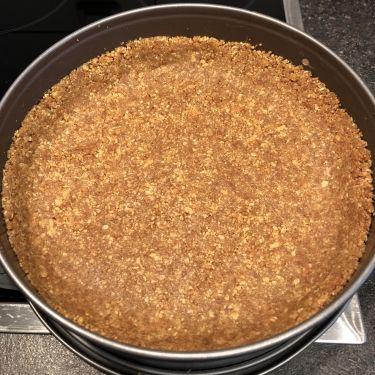 Cheesecake alle mele e scaglie di cioccolato fondente - base di biscotti e burro