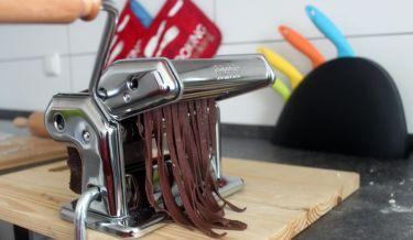 Tagliatelle al cacao con crema di zucca e funghi trifolati - preparazione tagliatelle con macchina per stendere la pasta a mano