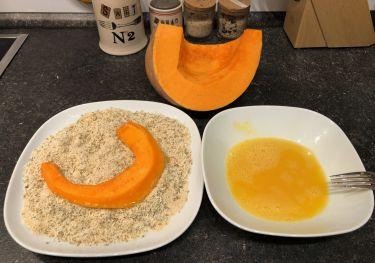 Preparazione cotolette di zucca - zucca moscata, uova sbattute e mix di pangrattato per panatura