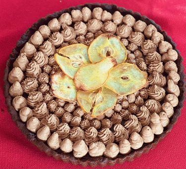 Crostata al cacao con confettura di pere, ganache e mousse al cioccolato