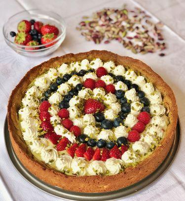 crostata frolla al pistacchio, crema, fragole, frutti rossi - cover