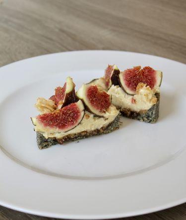 Farcitura mini-tarte al sesamo nero con fichi, mousse al cioccolato bianco, vaniglia e mandorla e polvere di nocciole