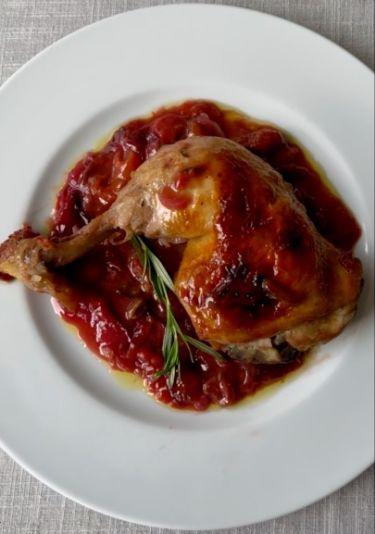 Cosce di pollo al forno con prugne, susine, miele al timo e limone