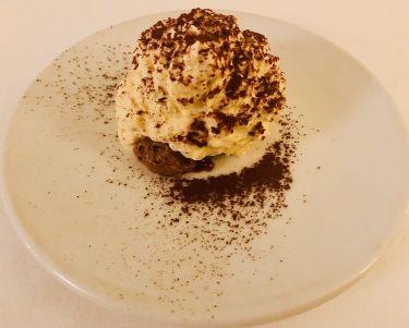 ristorante valentin a lindau - reinterpretazione del tiramisù con cioccolato bianco e nero, pan di spagna al cioccolato, caviale d'espresso