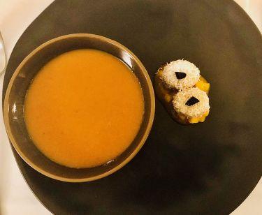 ristorante valentin a lindau - vellutata di patata dolce speziata, tocchetti di banana con cocco su chutney, aglio fementato