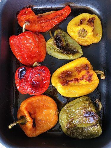 Risotto con crema ai quattro peperoni, pecorino e mandorle al basilico - peperoni arrostiti