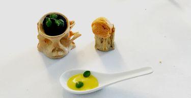 Ristorante I Pupi Bagheria - crispella di pane con polvere di nero di seppia e gelato ai ricci di mare